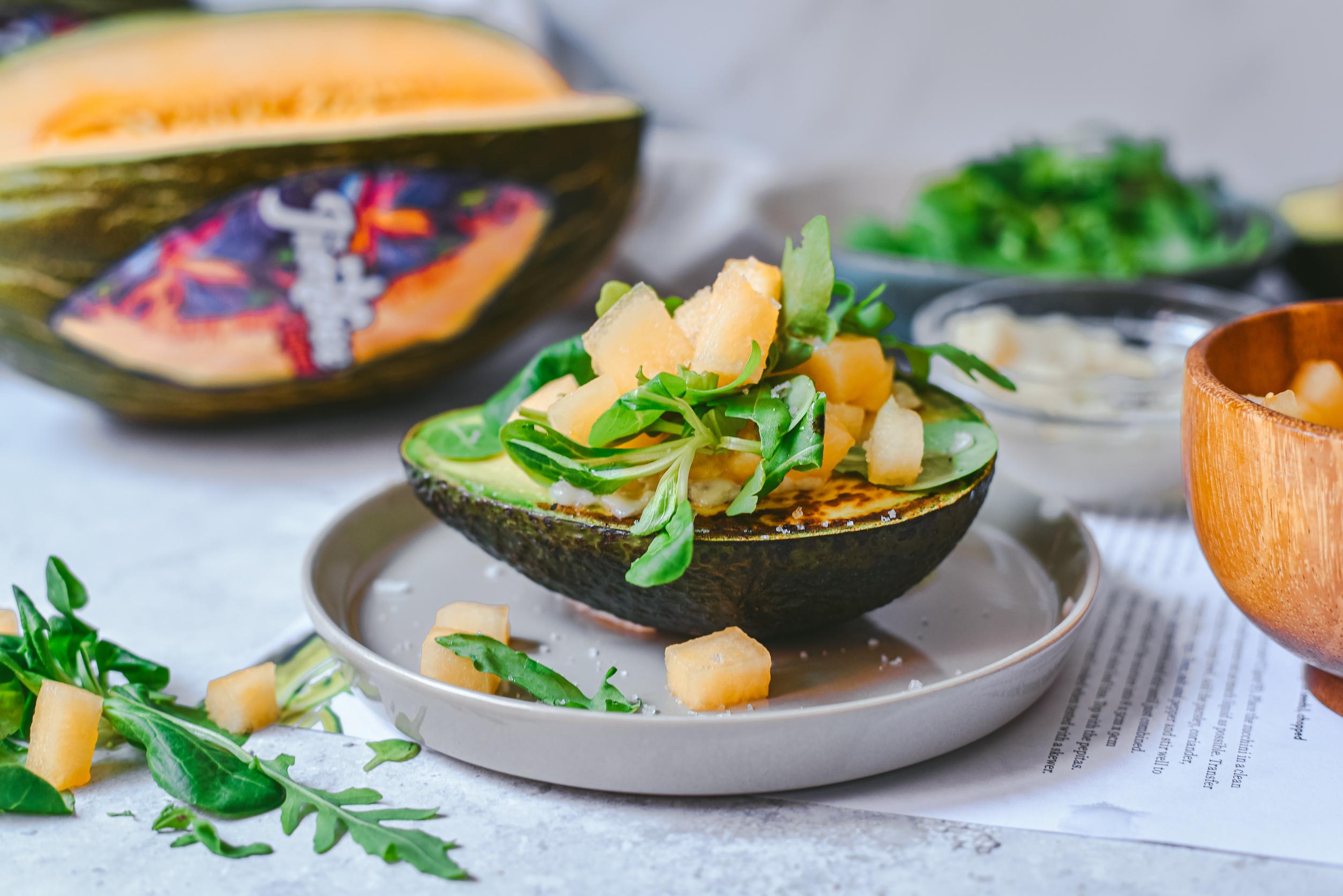 Aguacate a la plancha con veganesa, Jimbee Tropical y hojas verdes