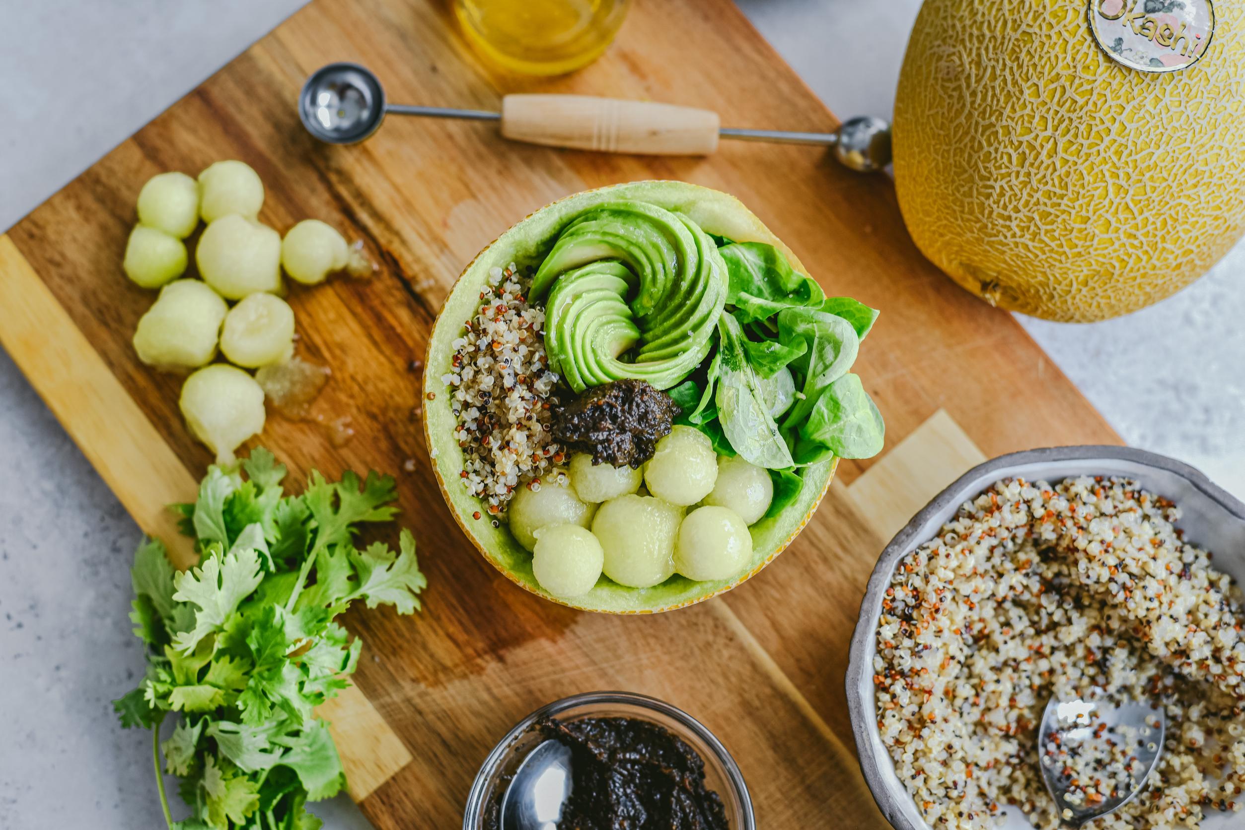 Bowl de quinoa con aguacate y tapenade con Okashi