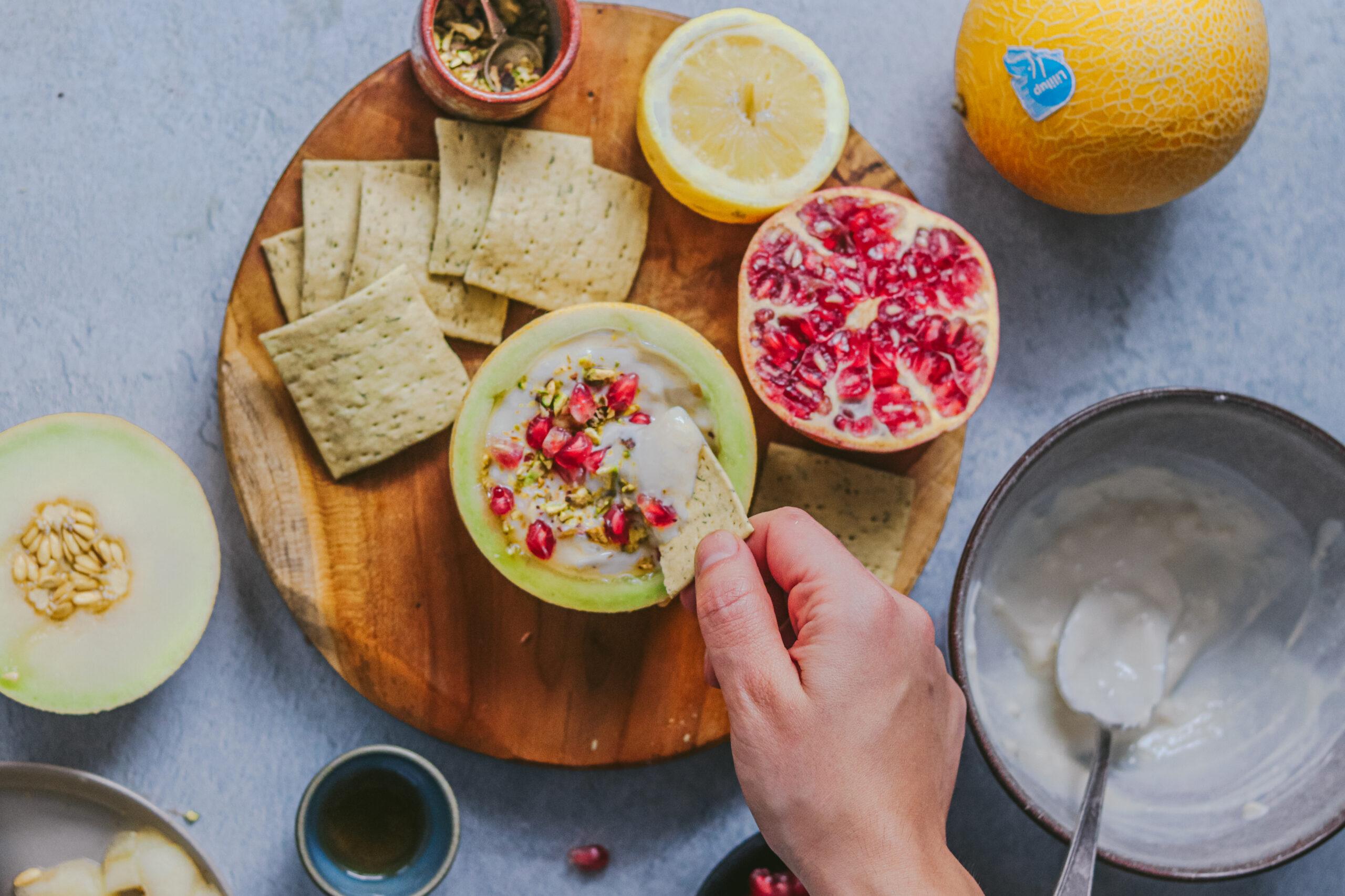 Lililup con labneh, pistachos y granada